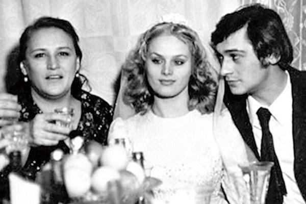 Актриса на свадьбе сына Владимира и его второй жены Натальи Егоровой, 1975 год