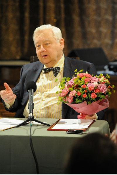 Прямо со сцены театра 3 сентября Олег Павлович поздравил жену с праздником и вручил ей букет цветов