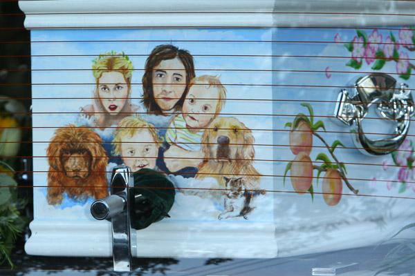 Гроб Пичес Гелдоф был украшен портретом всей семьи
