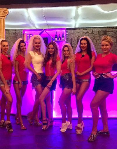 Девушки веселились в одном из ночных клубов на Сейшельских островах