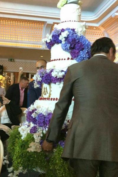 Гостей впечатлил шикарный торт