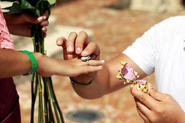 В знак любви Александра Алиана получила необычное кольцо