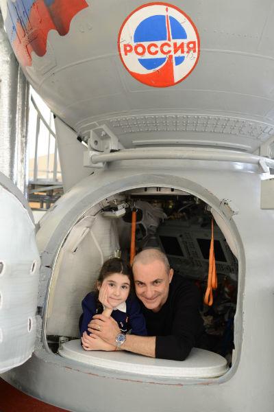 Михаил с дочкой Беатой в космическом корабле