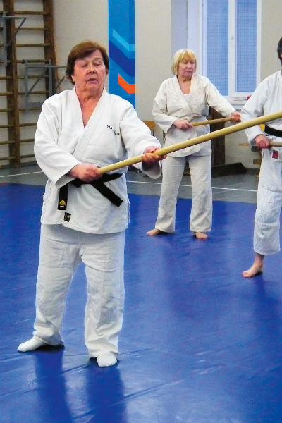 Тренировки у Антонины и других бабушек идут по обычной программе, без скидок на возраст