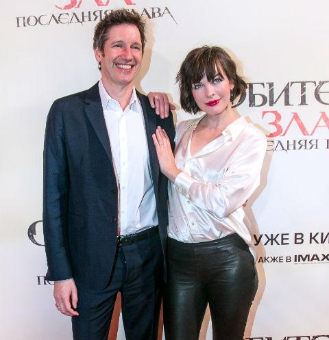 Милла Йовович с супругом Полом У. С. Андерсоном на премьере «Обитель зла: Последняя глава» в Москве