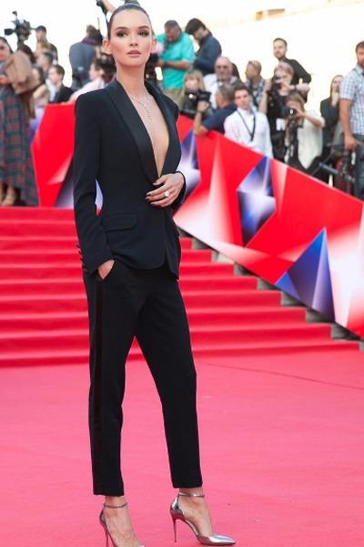 Паулина Андреева предстала на«Кинотавре», надев пиджак на голое тело