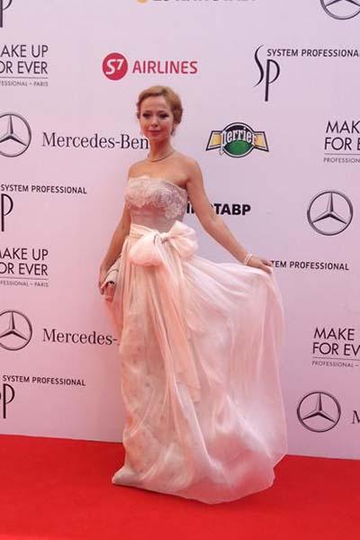 Елена Захарова явно хочет сказать, что она подарок