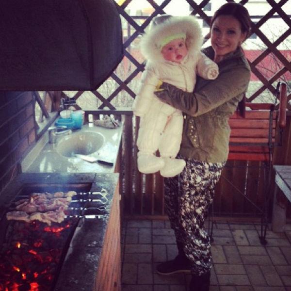 Актриса с малышом готовят шашлык