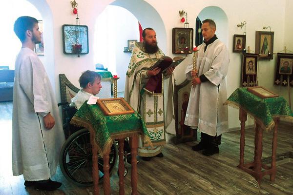 Степан (справа) принимал участие в службах в местном храме