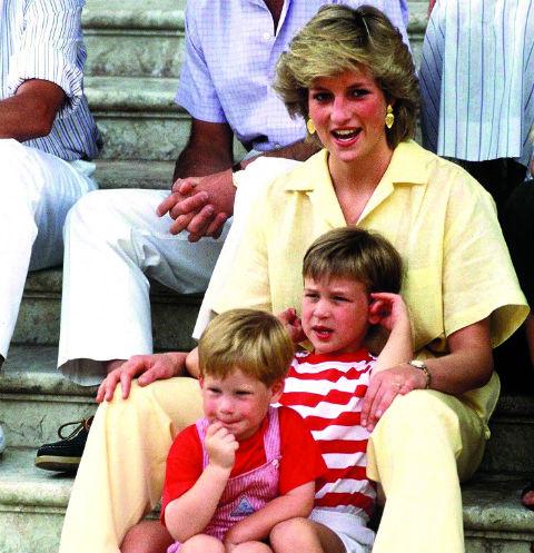 Несмотря на все разногласия, в браке с Чарльзом принцесса родила двоих сыновей. На фото – семья на отдыхе в августе 1987-го