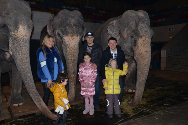 Жанна и Гарик Мартиросян с дочерью и Тимур Батрутдинов с племянницей