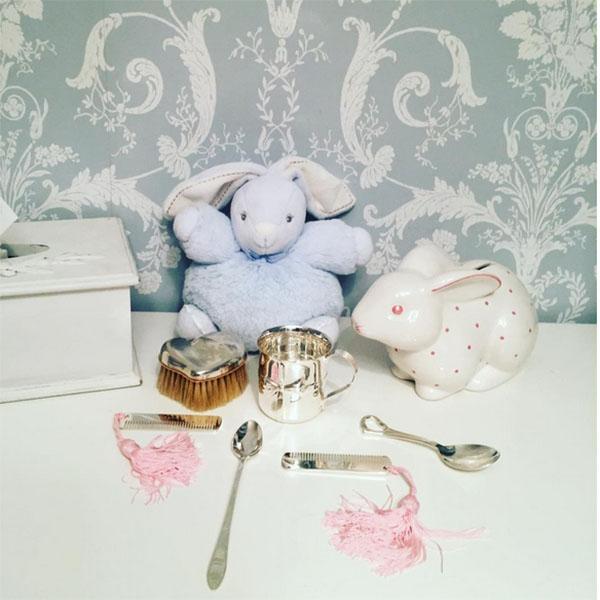 «Распаковываем прелестные подарочки», - подписала это фото в микроблоге Виктория Дайнеко