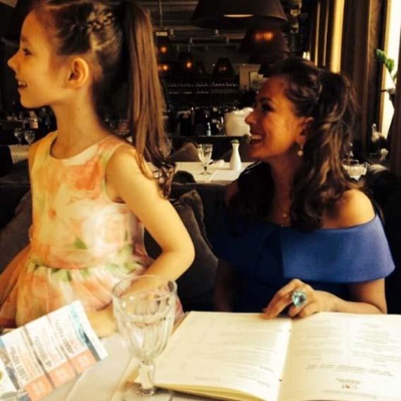 Юлия Началова с дочкой Верой решили заказать праздничный обед