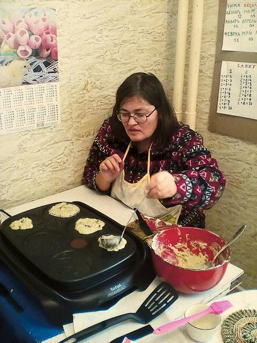 Таня обожает читать, а вот готовить не умела, но Юля ее научила