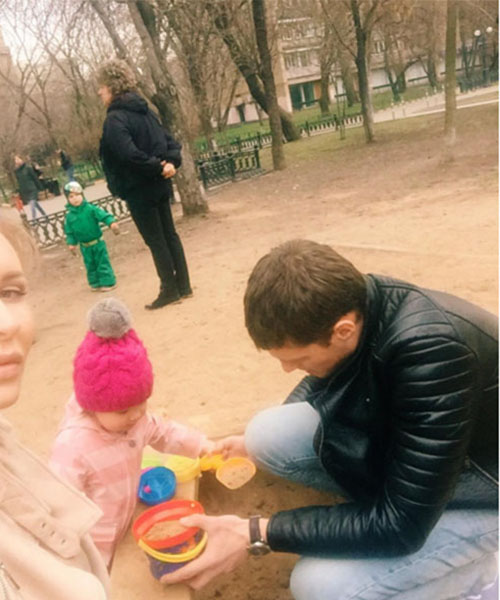 Александр Задойнов с удовольствием играет с дочкой