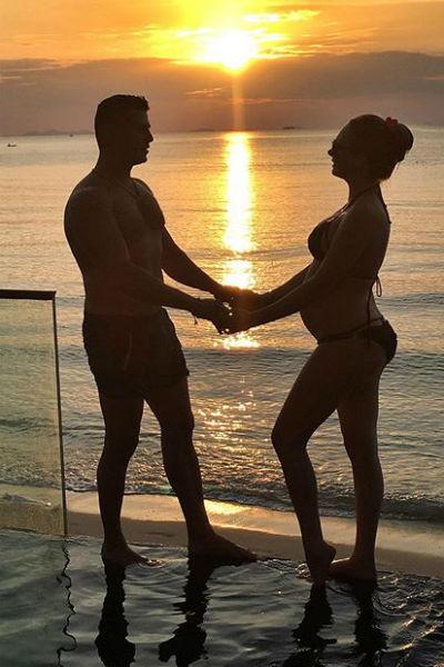 Дарья и Сергей идут по жизни, держась за руки