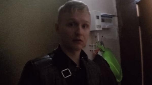 Алексей Псковитин во время обысков в квартире