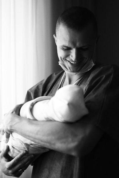 Дмитрий Тарасов показал первое фото с новорожденной дочерью
