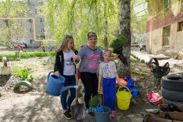 Ирина регулярно выступает организатором благотворительных акций. На фото - посадка деревьев