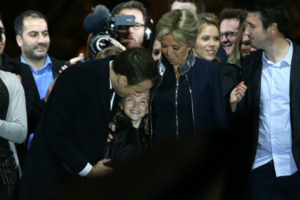 Женившись, Эммануэль приобрел троих взрослых детей и семерых внуков. Президент Франции с супругой и внучкой Эммой