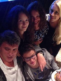 Политик заботился   о близких. На фото:   старшая дочь Жанна   от брака с Раисой   Немцовой, а также   сын Антон и дочь Дина   с мамой Екатериной   Одинцовой