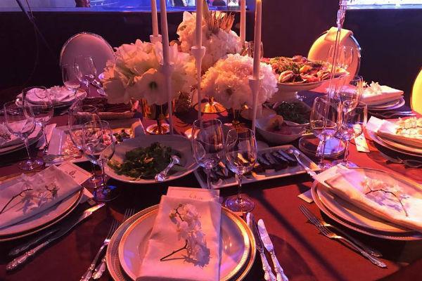Весь вечер гостей будут баловать десятками изысканных блюд