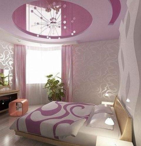 Кровать в спальне должна стоять недалеко от окна