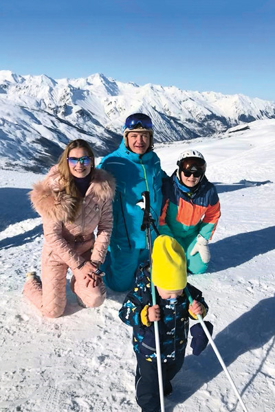Марат с Лизой, Марселем и Амели, дочкой от гражданского брака с Лизой Круцко, на отдыхе в Альпах, январь 2018-го
