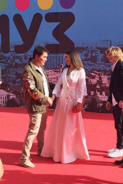 Арман Давлетьяров приветствует Викторию Дайнеко