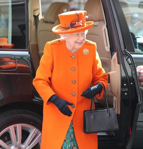 Королева ЕлизаветаII ипринцесса Евгения раздали предпасхальную милостыню