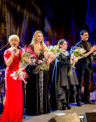 Участники концерта вместе с его ведущей Илоной Броневицкой
