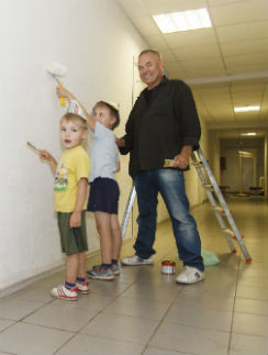 Сыновья с гордостью говорят: «У папы важная работа, он строит больницу! В ней будет лечиться мама». На фото Артур, Саша и Сергей Колпаковы красят стены в коридоре будущей клиники