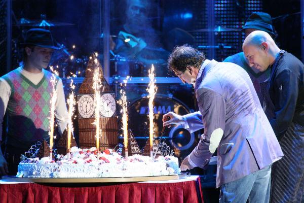 Праздничным тортом Лепс поделился со своими друзьями, которые пришли его поздравить и поддержать