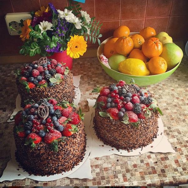 На каждый праздничный торт уходит около трех часов. Зато получается произведение искусства