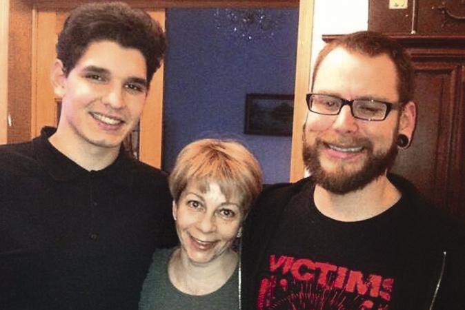 Доктор Лиза с сыновьями: приемным Ильей (слева) и Константином