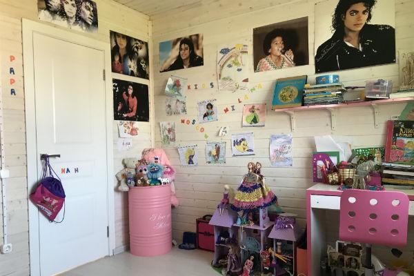 Стены детской увешаны рисунками Миланы и постерами Майкла Джексона