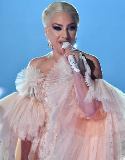 Леди Гага во время номера на шоу
