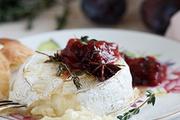 Десерт из французского сыра с пряным фруктовым соусом