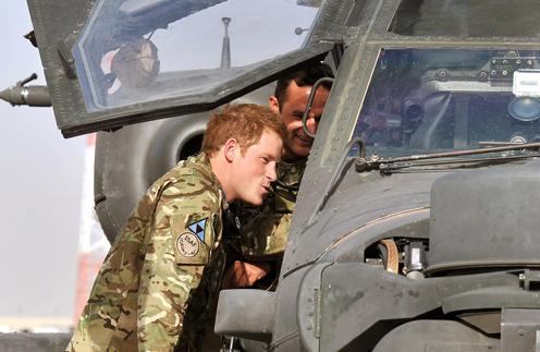 Принц Гарри вместе с сослуживцем у боевого вертолета