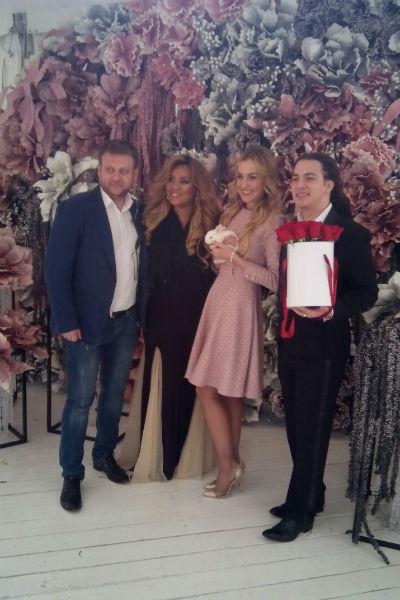 Одними из первых на торжество прибыли Корнелия Манго с женихом Богданом Дюрдем, а также Анна и Дмитрий Городжие