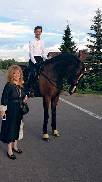 Алла Пугачева приезжала с мужем на одно из занятий конным спортом. На фото - с наездником Сергеем Пузько