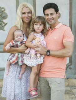 Виктория и Антон Макарские с детьми Машей и Ваней