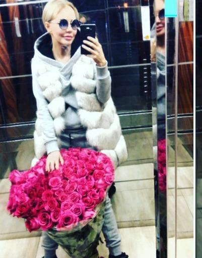Букет Маши Малиновской настолько тяжелый, что она не может его утащить в руках
