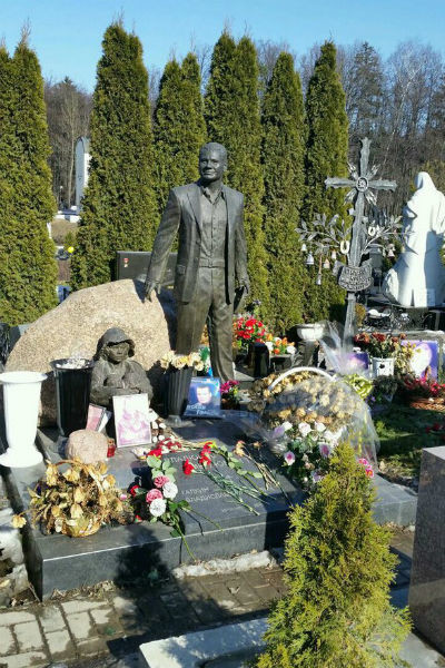 Памятник на могиле Владислава Галкина
