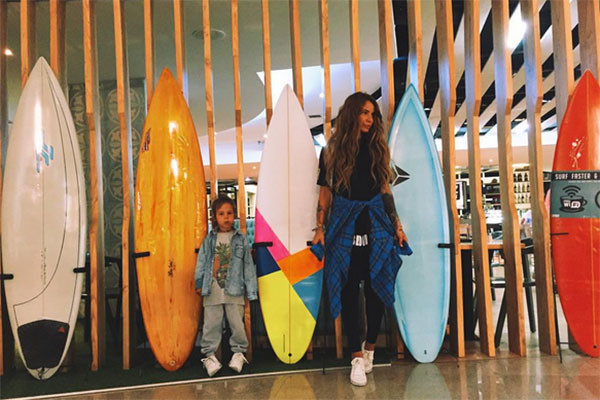 Айза Долматова с Сэмом во время недавнего путешествия