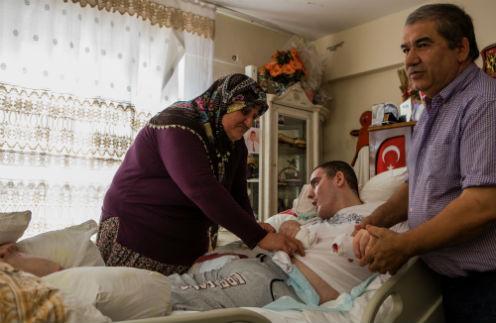 Отец Зекерия помогает матери Гульсум переворачивать Умута. Самой ей не справиться: после того как парень стал есть самостоятельно, он поправился с 30 до 80 кг. Анталья, июнь 2013 года