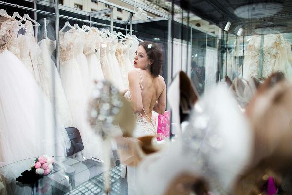 Абрамова примерила несколько платьев и практически сразу поняла, на каком остановит свой выбор