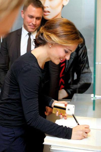 В московском салоне красоты актрисе сделали прическу и макияж