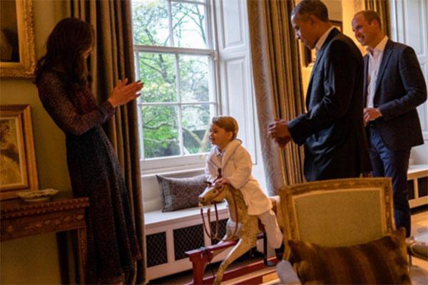 «Принц Георг поблагодарил Барака Обаму за подарок», - гласит надпись под этим фото в микроблоге Кенсингтонского дворца