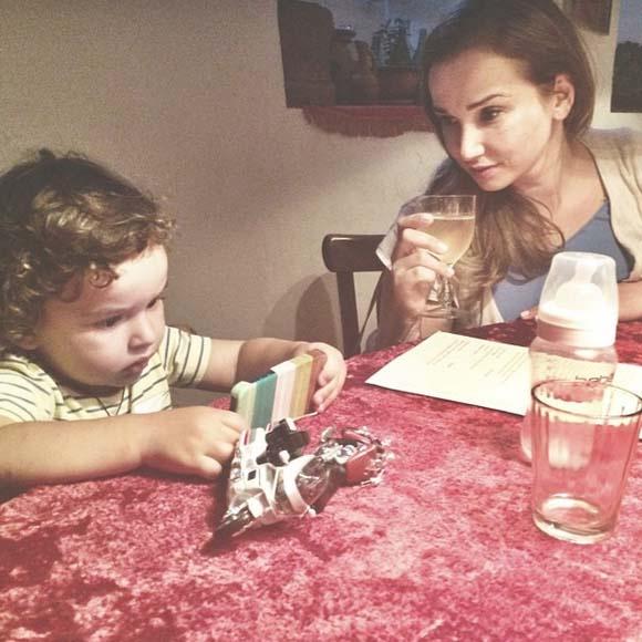 Для Соломона даже в ресторан приносят детскую бутылочку